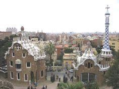 Het grootste paviljoen heeft drie verdiepingen en is bekroond met een koepel in de vorm van een paddenstoel (amanita muscaria).