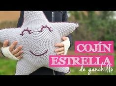 How to crochet an amigurumi star Crochet Pouf, Crochet Afgans, Crochet Stars, Crochet Cushions, Crochet Pillow, Love Crochet, Diy Crochet, Crochet Baby, Knitting Videos