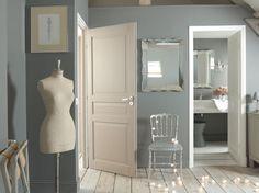 Soubassement foncé et mur clair, bandes de couleurs vives sur fond blanc, contraste mat et...