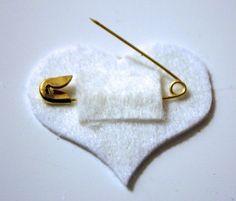 Felt Valentine Iron Patch - super cool, make into valentine badges Valentine Crafts For Kids, Homemade Valentines, Crafts For Girls, Safety Pin Crafts, Valentine Mini Session, Felt Brooch, Brooch Pin, Felt Diy, Felt Hearts