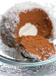 Un fondant au chocolat avec un coeur de meringue et un décor de votre choix, noix de coco, pralin, cacao, pistaches hâchées.....