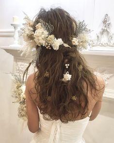 【保存版】最新ウェディングヘア27選♡フラワー~ティアラまで!ダウンスタイルヘアカタログ | myreco(マイリコ) Pretty Hairstyles, Wedding Hairstyles, Up Styles, Long Hair Styles, Hair Arrange, Table Flowers, Bridal Hair, Wedding Styles, Flower Arrangements