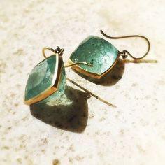 Deeply faceted aquamarine earrings from Lola Brooks. #18k #aquamarine #lolabrooks #finejewelry #artjewelry #designerjewelry #jewellery #lovegold #augustla