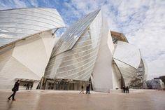 La Fundación Louis Vuitton es un espacio dedicado a la creación contemporánea francesa e internacional, que se inauguró en el 2014 con una exposición y presentación del edificio construido en el Bosque de Boulogne, al noroeste de París, por el famoso arquitecto canadiense Frank Gehry.