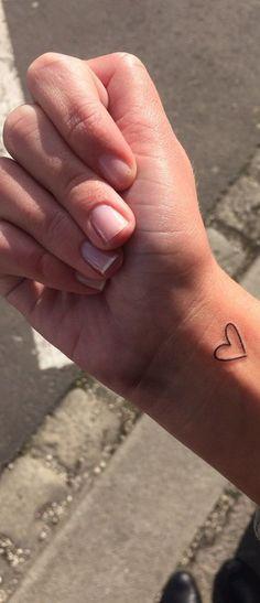Small Simple Tattoo Ideas for Women - Tiny Minimal Heart Wrist Tatouage - Ideas Del Tatuaje - www.MyBodiArt.com #TattooIdeasSmall