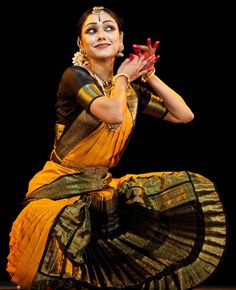 Portrait Photography Poses, Dance Photography, Folk Dance, Dance Art, Dancers Pose, Costumes Around The World, Indian Classical Dance, Female Actresses, Dance Dresses