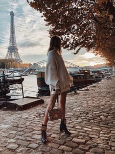 White oversized knit sweater+white mini skirt+balck ankle boots+gold sequin chain shoulder bag. Fall Casual Date Outfit 2018