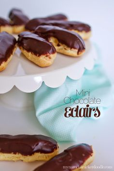 These Mini Chocolate Eclairs are filled with a vanilla cream and are super delicious! Great dessert recipe for a party. Chocolate Eclair Recipe, Chocolate Thermomix, Easy Chocolate Desserts, Mini Desserts, Chocolate Eclairs, Just Desserts, Delicious Desserts, Dessert Recipes, Yummy Food