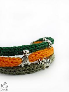 Tendance Bracelets I cord bracelet and a cute charm. Totally DIYing this Tendance & idée Bracelets Description I cord bracelet and a cute charm. Totally DIYing this Yarn Bracelets, Crochet Bracelet, Spool Knitting, Knitting Patterns, Diy Crochet, Crochet Crafts, I Cord, Finger Knitting, Cute Charms