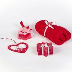 Чудесный набор в подарок к Рождественским праздникам и Новому году : полотенце для лица, свеча в виде рождественской звезды, мыло ручной работы с ароматом клубники (масло миндальное, витамин Е.), деревянная игрушка в виде сердечка с символом рождественского чуда – белым оленем. Набор упакован