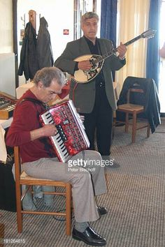 05-04 Musiker beim Sirtakitanz in einer Taverne, Katakolon,... #pyrgos: 05-04 Musiker beim Sirtakitanz in einer Taverne,… #pyrgos
