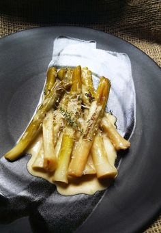 Low-Carb Wine-Braised Leeks with Cream, Thyme and Parmesan #LowCarb #Banting #LCHF