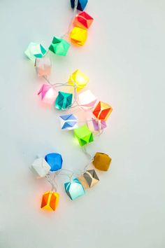 DIY Origami Box Lights - Adorn Old Christmas Lights with Colorful Paper Boxes to Make Origami Lights Origami Design, Diy Origami, Hanging Origami, Origami Lights, Origami Garland, Origami Decoration, Diy Hanging, Balloon Garland, Christmas Origami