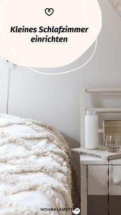 Das Schlafzimmer ist der wichtigste Raum in Deinem Zuhause, denn es ist Deine persönliche Ruheoase. In diesem Beitrag geben wir Dir deshalb hilfreiche Tipps, wie Du auch ein kleines Schlafzimmer einrichten kannst und dabei den Raum optimal ausnutzt. Shag Rug, Rugs, Home Decor, Helpful Tips, Room Interior Design, Home Decor Accessories, Bed, Ad Home, Homes