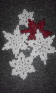 gehäkelte Schneeflocken  Gestärkt mit Lösungsfreiem Bastelkleber und Glitter Diy Crochet, Leaf Tattoos, Shag Rug, Tartan, Rugs, Decor, Crochet Snowflakes, Handarbeit, Basteln
