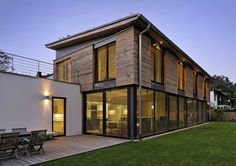 München | Modernes, offenes Wohnen mit privatem Garten: Dank einer hohen Flexibilität der Räume lassen sich Gäste- und Kinderzimmer als Appartment abtrennen...