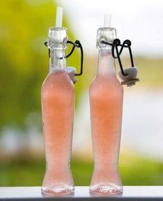 Skiva rabarbern ganska tunt med skalet kvar. Skala och skiva ingefäran. Låt få ett uppkok tillsammans med socker och vatten. Lägg i den skivade limen och låt svalna. Sila den sedan och servera iskall (gärna i en liten frostad flaska) som mellanrätt. Eller varför inte göra en karaff och njuta lemonaden i bersån istället för iste en varm sommardag?