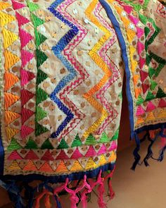 Love this dupta Hand Work Embroidery, Hand Embroidery Designs, Embroidery Stitches, Embroidery Patterns, Sewing Patterns, Phulkari Embroidery, Indian Embroidery, Custom Made Suits, Kutch Work