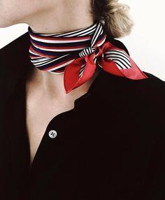 Ce printemps, on pense à nouer nos foulards rayés près du cou (instagram Jacey Duprie)