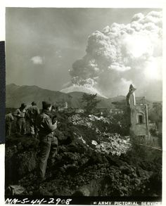 3/18/1944-Mount Vesuvius erupts destroying 3 Italian villages. Learn more here: http://bit.ly/1d9ZYj6 pic.twitter.com/6VOW0V4NEp