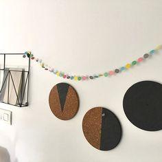 Salvamanteles de IKEA tuneados como tableros de corcho personalizados. Este y otros DIY (hazlo tú mismo) muy sencillos en el blog!  www.funtimeingles.com/mi-oficina-diy