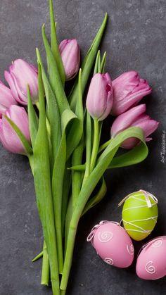 Pisanki obok tulipanów - Tapeta na telefon