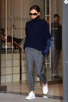Beckham verlässt das Hotel EDITION New York in einem Pullover und . - Victoria Beckham verlässt das Hotel EDITION New York in einem Pullover und . Fashion Mode, Fashion Week, Look Fashion, Winter Fashion, Fashion Outfits, Sneakers Fashion, Normcore Fashion, Fashion Shoes, Normcore Style