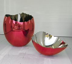Jeff Koons Cracked Egg,1994-2006  High chromium stainless steel with transparent color coating, 78 x 62 x 120 inches