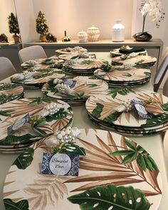 Pedido lindo pra uma cliente muito especial! 💚💚 #sousplatdecor #mesadecor #encomendapersonalizada Easy Diy Crafts, Diy Crafts To Sell, Christmas Table Mats, Diy Photo Booth Backdrop, Decoupage Vintage, Tropical Decor, Table Settings, Table Decorations, Home Decor