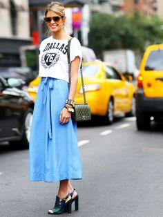 Extravagant und Chic, ein Look wie aus Sex and the City. Unser Streetstyle des Tages heute mit blauem Midirock und weißem Crop-T-Shirt.