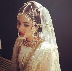 A gorgeous Pakistani bride wearing polki jewellery. Desi Bride, Desi Wedding, Wedding Wear, India Wedding, Wedding Hijab, Wedding Stuff, Pakistani Bridal, Indian Bridal, Bridal Looks