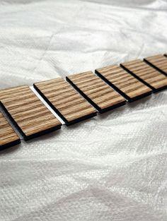 SHLIPPY MADERA CORBATA! Estamos orgullosos de ofrecer nuestro producto más reciente. Corbata de madera de alta calidad. En nuestro único futurista diseño. Este es el lazo que usted quiere hacer un paso más allá en accesorio de moda. Mostrar al mundo que pensar de manera diferente. Se ve muy bien en cada ocasión, haciendo que se destacan. Usted no que nunca se pierden en multitud gris otra vez.  Cada pieza de madera es cortada por láser, armado a mano, haciendo único cada lazo.  • Longitud…