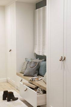 30 armarios empotrados y bien pensados Minimalist House Design, Minimalist Home, Made To Measure Furniture, Kura Bed, Barn Door Hardware, House Plans, Sweet Home, Entryway, New Homes