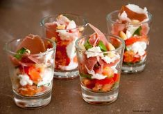 Aperitif glass with tomato, buffalo mozzarella and Italian ham - Table 27 Lunch Snacks, Snacks Für Party, Healthy Snacks, Healthy Recipes, Party Food And Drinks, Ceviche, Appetisers, Antipasto, Italian Recipes