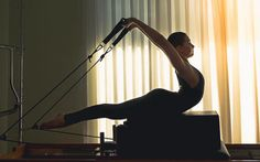 O Pilates é considerado um método de educação e controle muscular criado pelo alemão Joseph Pilates na década de 1920. Em geral é praticado com a ajuda de aparelhos especialmente desenvolvidos para os exercícios que propõe, mas tamb...