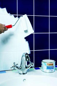 2. Dæk håndvask, armatur og bruser af med afdækningsplastik. Mal to gange med hæftegrunder på oliebasis. Den sikrer, at den yderste maling kan binde på fliserne. Lad hvert lag tørre i cirka otte timer, før det næste males på. Dyi Bathroom, Bathroom Storage, Dream Bathrooms, Home Hacks, Bathroom Inspiration, Diy Painting, Diy And Crafts, Interior Decorating, Interior Design