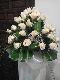Centro de rosas en columna para boda  elaborado por Floristeria Alameda en Cartagena