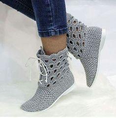 Crochet Slipper Boots, Crochet Boot Cuffs, Crochet Baby Shoes, Slipper Socks, Crochet Slippers, Crochet Crafts, Crochet Doilies, Wrap Shoes, Spring Boots