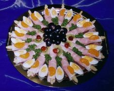 Aktivmarkt Weinle - Partyservice - Famous Last Words Party Finger Foods, Snacks Für Party, Finger Food Appetizers, Appetizer Recipes, Fruit Decorations, Food Decoration, Easy Macaroni Salad, Fresh Fruit Tart, Food Carving