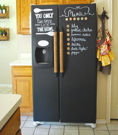 The refrigerator and freezer can be overwhelming, especially when you're trying to keep things organized. Here, we've gathered some of the best 22 refrigerator and freezer hacks that are guaranteed to help this process become stress-free! Fridge Organization, Recipe Organization, Organization Hacks, Fridge Storage, Kitchen Storage, Chalkboard Paint Refrigerator, Painted Fridge, Painting Refrigerator, Refrigerator Wraps