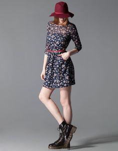 Sukienka z połączenia materiałów z paskiem