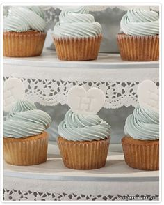 Mom and I could SO make cupcakes that look this this. I wonder if we could order little RL candies for the top?