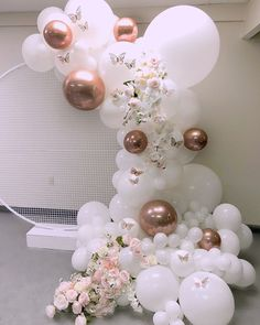 beautiful white balloon garland with floral and rose gold touches Gold Confetti Balloons, White Balloons, Foil Balloons, Latex Balloons, Balloon Decorations Party, Birthday Party Decorations, Birthday Parties, Table Decorations, Balloon Arch