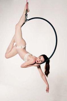 Not fashion photography but it so should be! Aerial Hoop - Lyra - Such a pretty pose! Lyra Aerial, Aerial Acrobatics, Aerial Dance, Aerial Hoop, Aerial Arts, Aerial Silks, Aerial Gymnastics, Rhythmic Gymnastics, Pole Dance