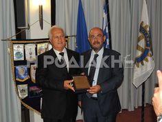 Ο κ. Μανδρακός παραδίδει στον κ. Ροδίτη το βραβείο εκ μέρους του συλλόγου Awards