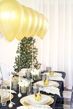 This Black & Gold Christmas dinner party tablescape has a Balloon Centerpiece that will wow your guests! dinner party Table Setting with Balloons Centerpiece - Celebrations at Home New Years Eve Dinner, New Years Party, Christmas Table Settings, Holiday Tables, Décoration Table Nouvel An, New Years Decorations, Table Decorations, Balloon Centerpieces, Christmas Dinner Party Decorations