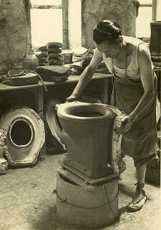 Desmoldando pieza de cerámica