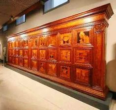 L'armadio intarsiato in legno di cipresso che Giovanni Maria da Piadena o, col nome più consueto, Platina, eseguì attorno al 1477 per la sacrestia del Duomo di Cremona è un oggetto d'arte unico al mondo, che non trova comparazione in altri mobili consimili. Giovanni...