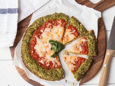 Du hast Appetit auf Pizza, willst aber kalorienarm essen? Dann mach dir Low-Carb-Pizza mit knusprigem Boden aus Brokkoli.