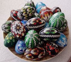 When the time is coming for the Easter Egg decoration…I stop with my simple modern taste…and I go traditional ;- ) I adore the Polish tradi. Egg Crafts, Easter Crafts, Polish Easter, Cultural Crafts, Easter Egg Pattern, Easter Egg Designs, Ukrainian Easter Eggs, Easter Art, Thinking Day